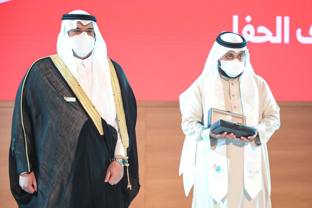 تكريم المعلم علي بن خلف الزهراني خلال حفل وزارة التعليم من أمير منطقة الرياض بالنيابة