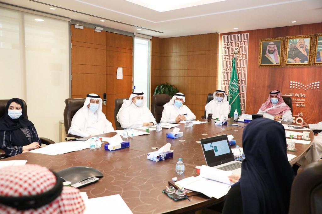 ترأس وكيل وزارة التعليم للتعليم العام رئيس اللجنة الإشرافية للاحتفال باليوم الوطني د.محمد بن سعود المقبل اجتماعاً تحضيرياً لمناق